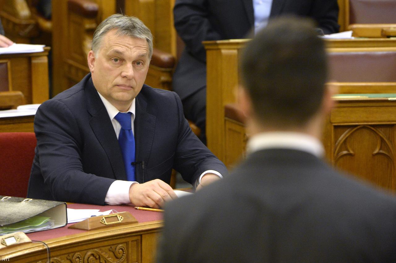 Vona Gábor, a Jobbik elnöke (háttal) azonnali kérdést tesz fel Orbán Viktor miniszterelnöknek az Országgyűlés plenáris ülésén 2016. március 21-én.