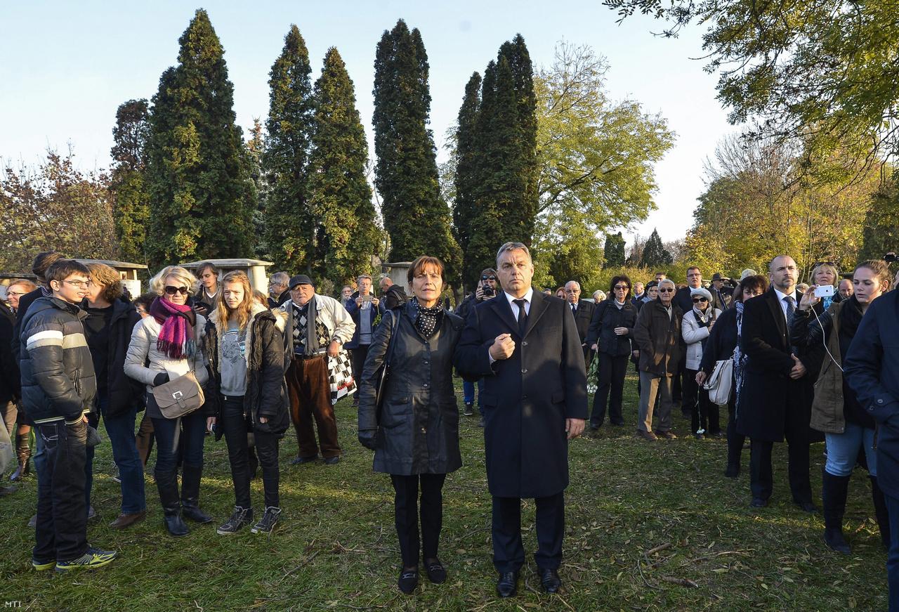 Orbán Viktor miniszterelnök és felesége, Lévai Anikó Göncz Árpád volt köztársasági elnök temetésén az Óbudai temetőben 2015. november 6-án.