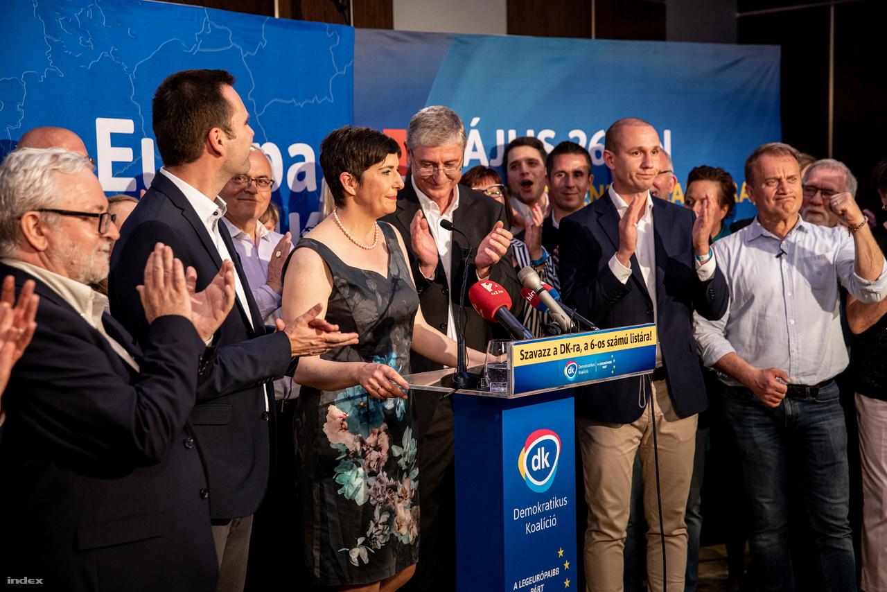 Gyurcsány Ferenc és Dobrev Klára pártjuk politikusaival a DK eredményváróján a 2019-es európai parlamenti választás napján 2019. május 26-án.