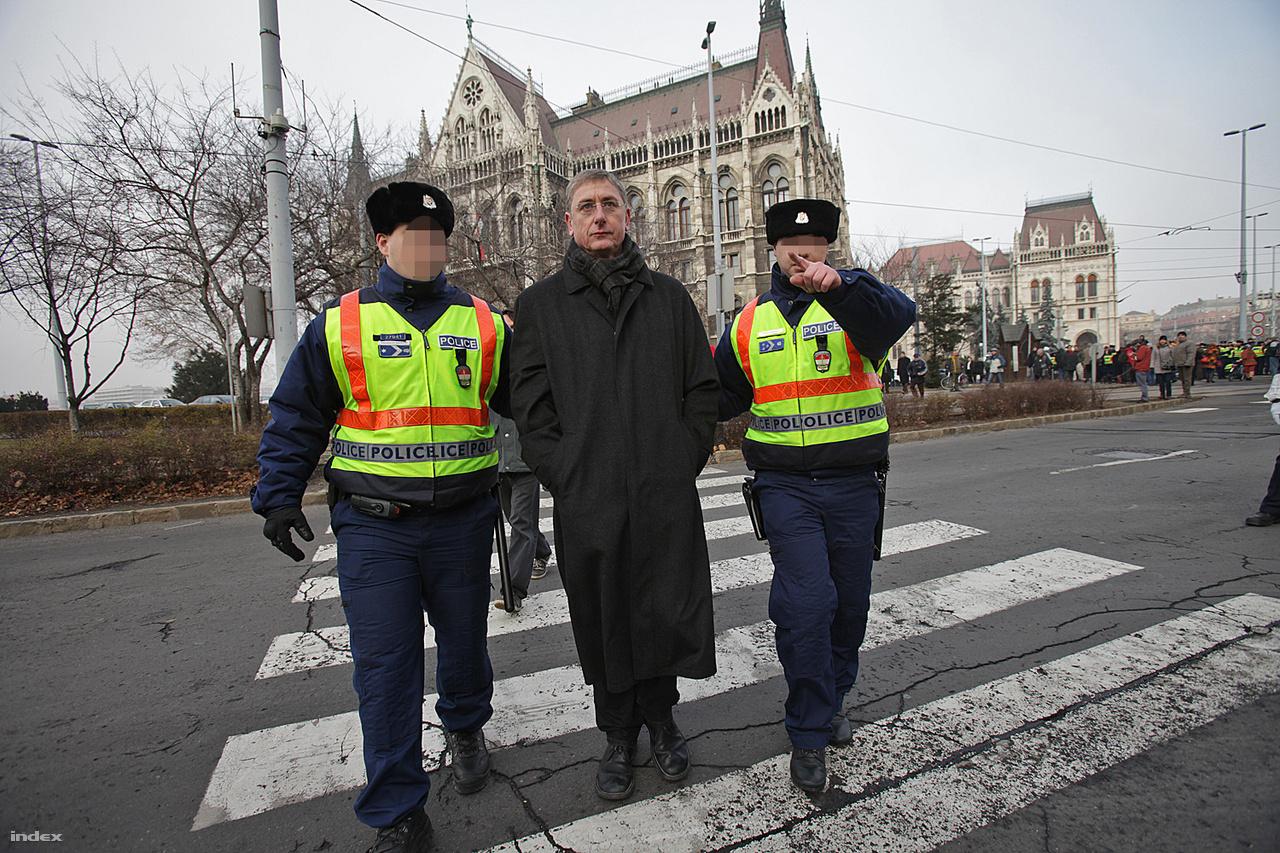 Rendőrök kísérik el Gyurcsány Ferencet az LMP demonstrációjáról 2011. december 23-án.
