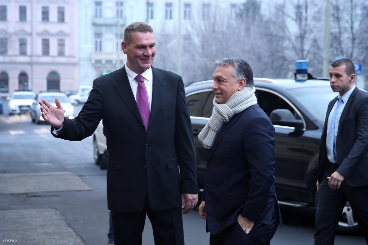 Botka László Szeged polgármestere üdvözli Orbán Viktor miniszterelnököt Szegeden a Modern Városok Program (MVP) keretében létrejött találkozón 2017. január 30-án.