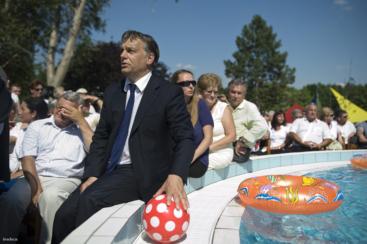 Orbán Viktor miniszterelnök a nagykátai gyógyfürdő átadásán 2012. június 18-án.
