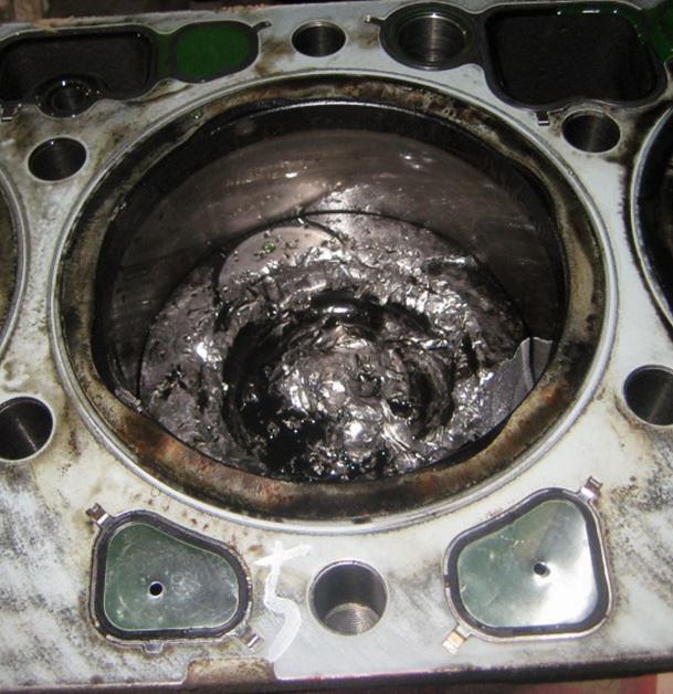 A nyúzás áldozatai: a dugattyú mechanikai sérüléseket szenvedett, miután a max. megengedett fordulatszámot meghaladó motorfordulat miatt (tolóüzemben) a szelephíd leesett, a szelep összeért a dugattyúval és a szeleptányér letört majd a hengerbe esett