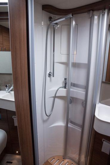 Jó nagy zuhanyfülke, bár az ajtó becsukás kicsit trükkös