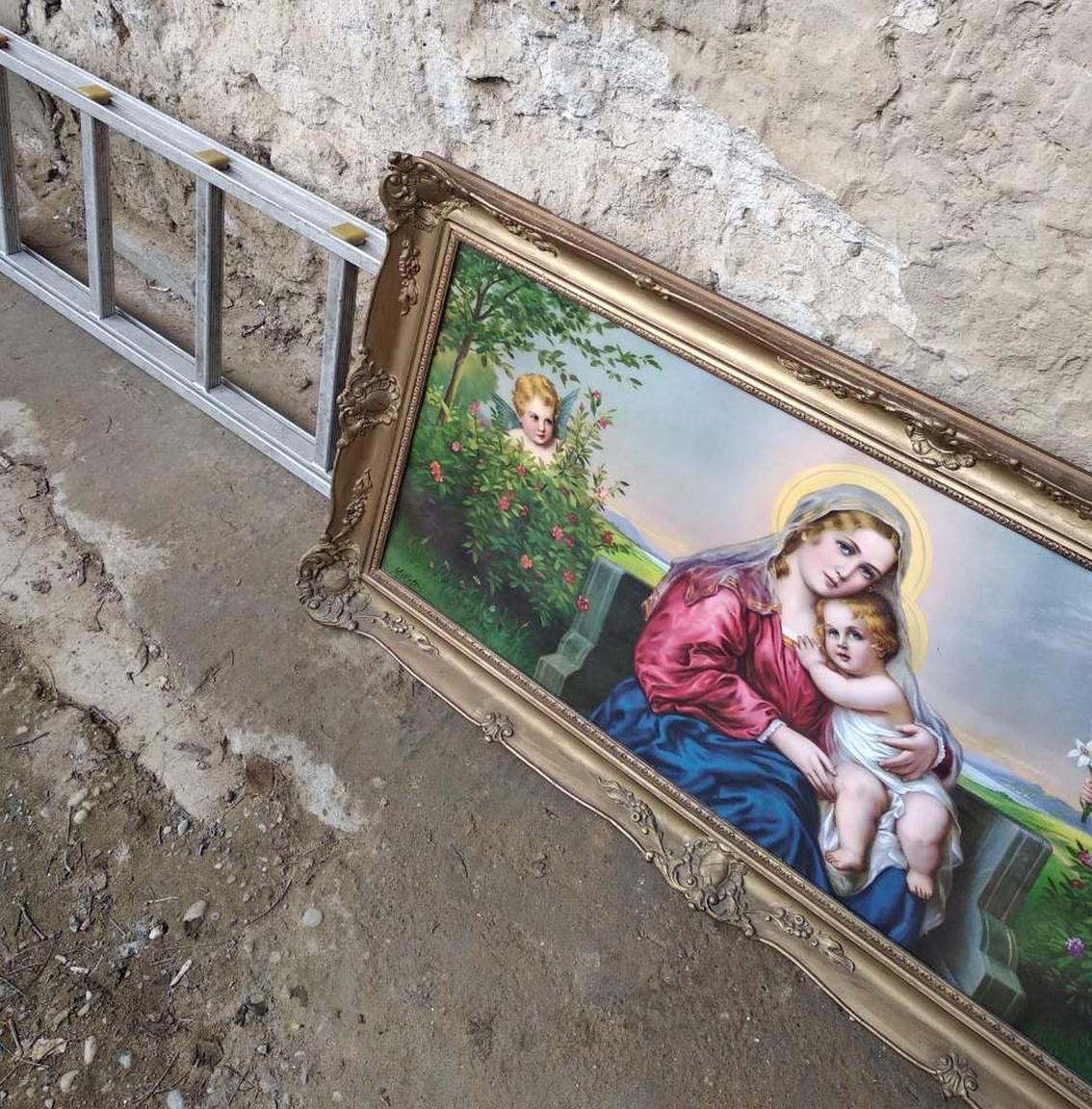 Nemcsak a festmény szépsége, hanem a róla készült rendőrségi fotó egyedi stílusa miatt is tökéletes darab ez az idei válogatáshoz. Februárban lopták el a Szűz Máriát, kis Jézust és a bokorból kukkoló puttót ábrázoló képet Salgótarjánból, de rövid időn belül visszakerült jogos tulajdonosához a többi lopott holmival együtt. Egy másik fotóból az is kiderült, hogy a vallásos festmény jobb felső sarkát is visszakapta a tulaj, nem csak a többi hármat. Az élénk színű, giccses festményhez ennél kontrasztosabb, rusztikusabb hátteret direkt sem lehetett volna választani, nagyon jól sikerült. A belógó létra hab a tortán.