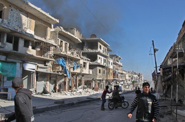 Füst száll fel egy épület romjaiból a Szíria Idlib kormányzóságában lévő Maara városban a kormányerők bombázását követően 2019. december 20-án