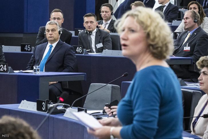 Judith Sargentini a zöld párti frakció holland képviselője felszólal az Európai Parlament vitáján 2018. szeptember 11-én. Balra Orbán Viktor miniszterelnök, mögötte Szijjártó Péter és Rogán Antal