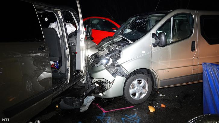 Sérült autók az M5-ös autópályán Táborfalva közelében ahol összeütközött két személygépkocsi és két mikrobusz 2019. december 20-án