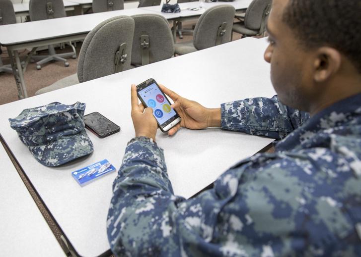 Okostelefont használó haditengerész