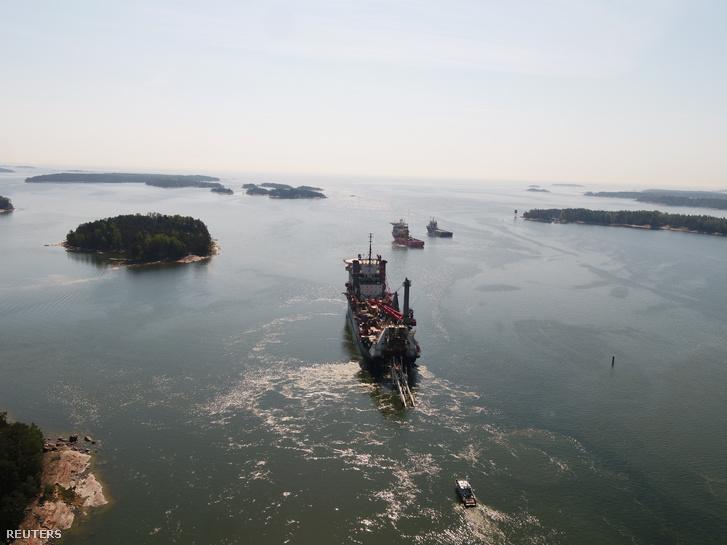 Az Allseas csővezeték-fektető hajója a Finn-öbölben, 2019. május 22-én