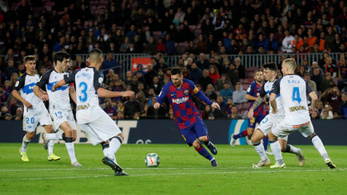 Öten vették körbe Messit, így is bevágta