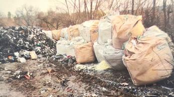 Beragadt a sárba egy kamion, kihúzták, de azért betolt 40 tonna hulladékot a bokrok közé