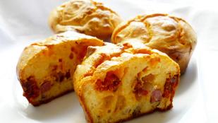 Tökéletes reggeli az újévre: egyszerű, virslis-sajtos muffinok