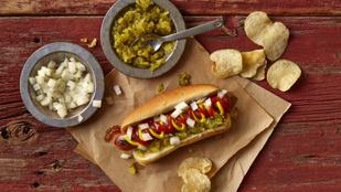 Kifli és virsli új magasságokban: mézes mustáros hot dog ropogós sült hagymával és jalapenóval