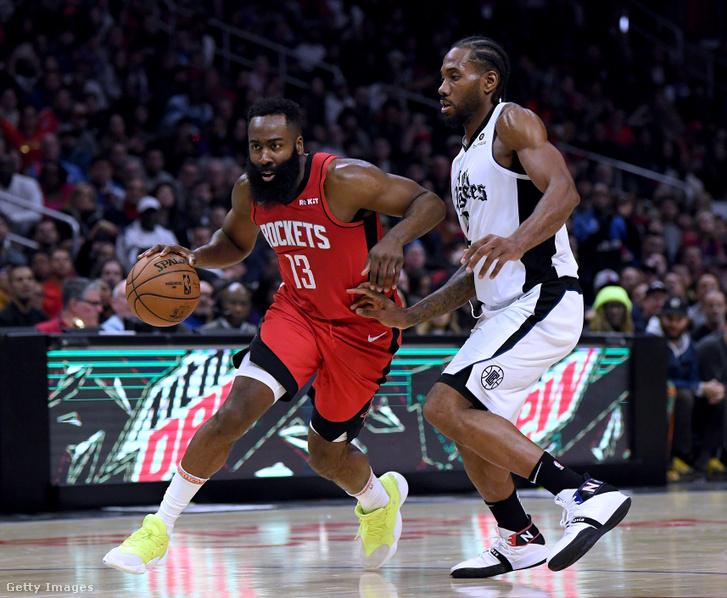 James Harden (Houston Rockets) viszi el a labdát Kawhi Leonard (Los Angeles Clippers) mellett