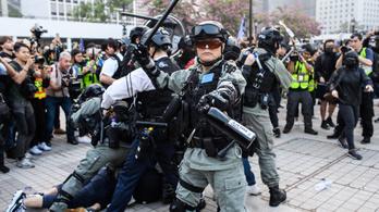 Kínai rohamrendőrök csaptak össze az ujgurok mellett tüntető hongkongiakkal