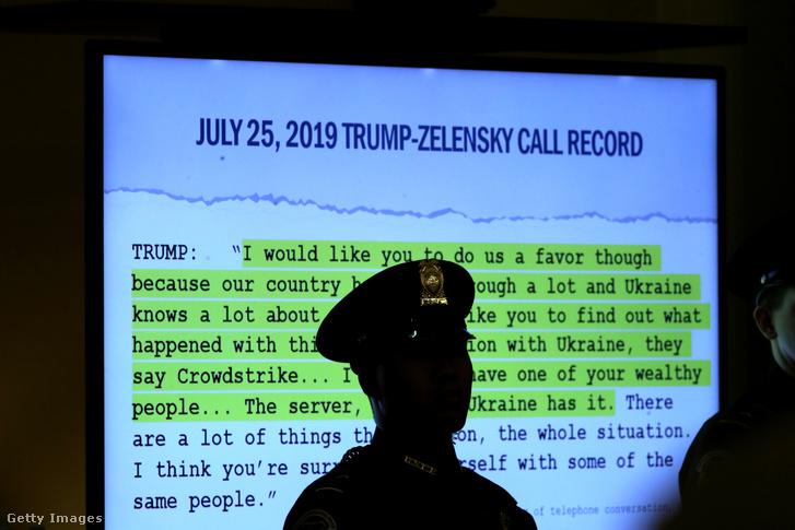 Donald Trump Zelenszkijjel folytatott telefonbeszélgetésének leirata kivetítve a washingtoni impeachment eljárás során 2019. november 19-én.