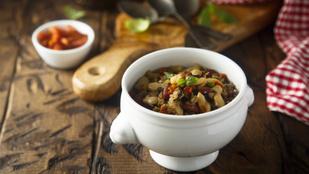 Még egy menő újévi leves: pofonegyszerű bableves virslivel