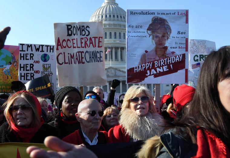 Nem ez az első alkalom, hogy Jane Fonda is részt vesz egy ilyen tüntetésen, de a mostani azért is volt különleges, mert éppen a 82