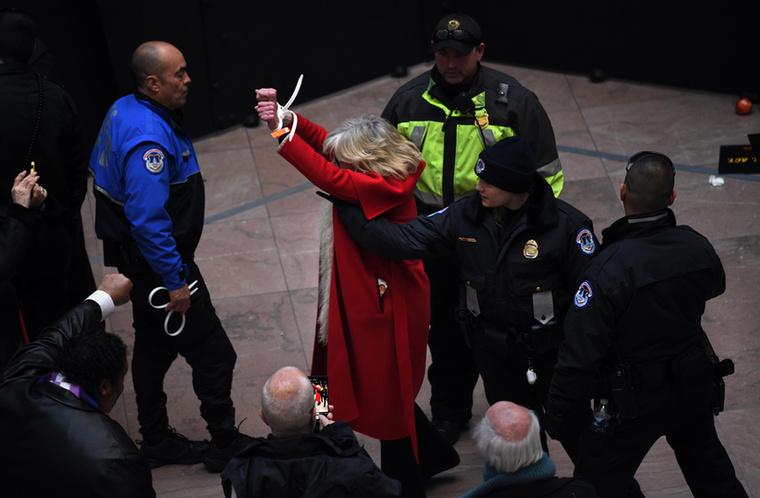 Jane Fondát többedmagával letartóztatták, amiért a felszólítás ellenére sem hagyták abba a tüntetést