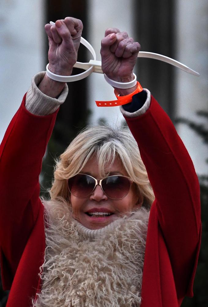 Annyi baj legyen! A 82 éves színésznő boldogan mutatta a szerintünk műanyagból készült bilincsét, ami inkább két egymással összeforrasztott, csúnyácska karkötőre emlékeztet