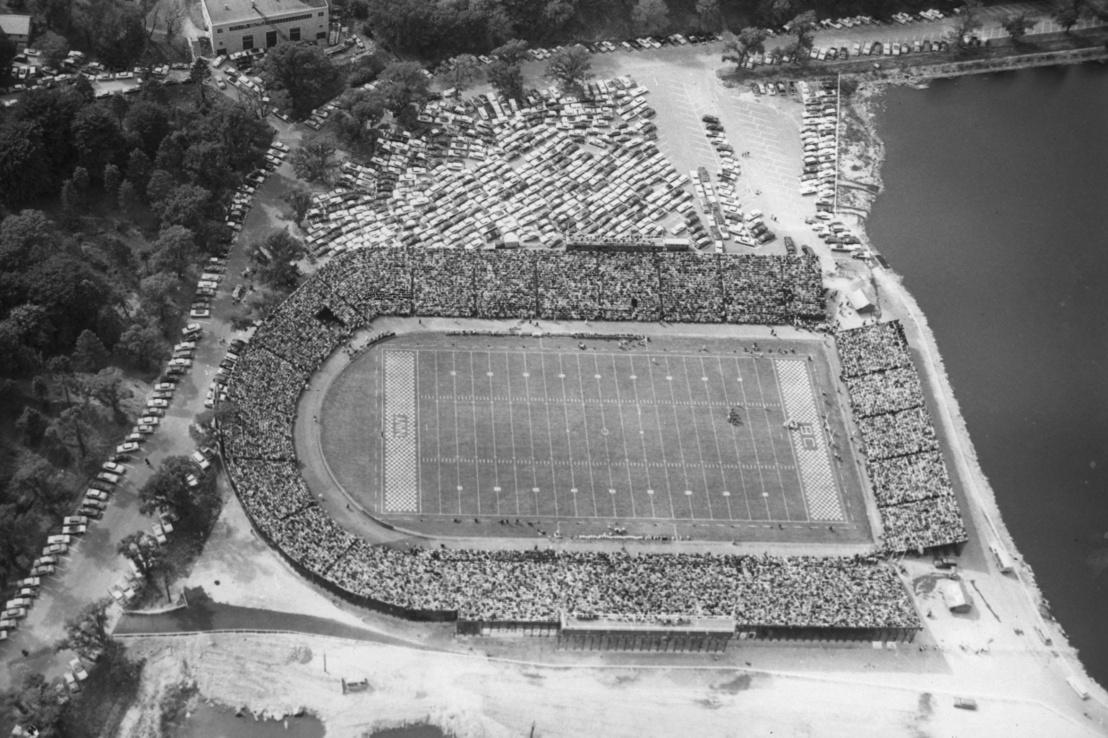 A bostoni Alumni Stadium az építése utáni években, jobbra még látható a víztározó
