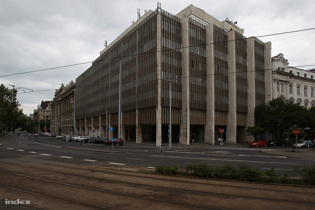 A házőrség, 2014-től pedig a képviselők irodái működhetnek abban a Parlament mellett álló irodaházban, amelyet most 1 milliárd forintért akar megszerezni az állam.