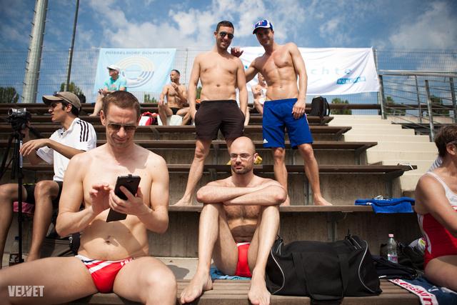 A kék sapkás francia fiatalember már Hawaii-on is volt meleg úszóversenyen - Magyarországra miért nem jött volna el?