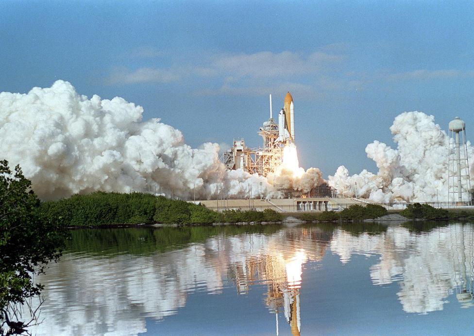2003. január 16. Ekkor még senki sem sejthette, hogy az első űrrepülőgép, a hétfős csapattal az STS-107-es küldetésre induló Columbia soha nem tér vissza. A Challenger mellett NASA másik feldolgozhatatlan vesztesége lett a start közben megsérült szárnyborítás miatt visszatérés közben darabjaira hulló Columbia.