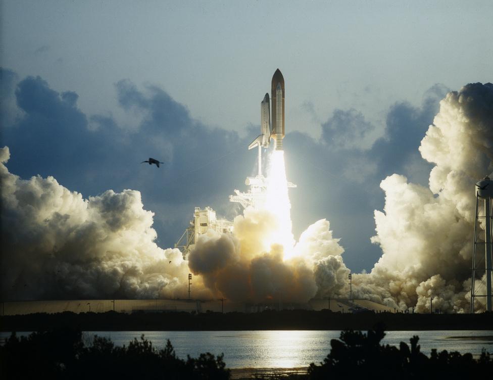 1992. május 7. Az amerikai űrsiklóflotta új tagja, az Endeavour startol a 39B indítóállásról.