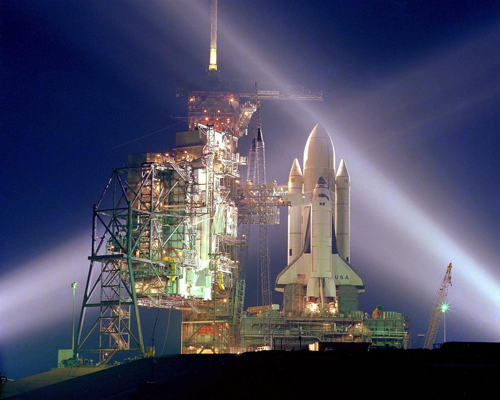 És egy új korszak - az újrahasznosítható űrhajók használatának és a Föld körüli orbitális tér belakásának - kezdete. Startra készen várja az 1981. április 12-i indulást a 39A indítóálláson a Columbia űrsikló. Az STS-1-es küldetés parancsnoka a veterán John Young, akinek ez az ötödik űrrepülése.
