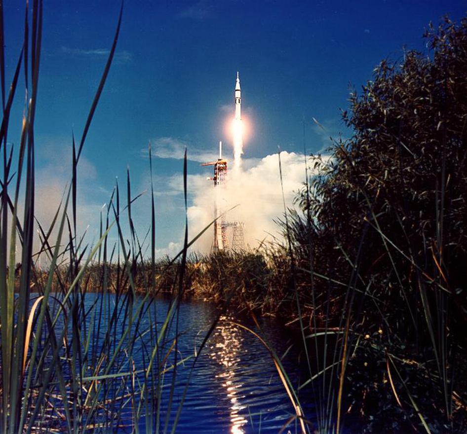 A szovjet-amerikai űrverseny végére szimbolikus pontot tett ez az 1975. július 15-i fellövés. A Saturn IB rakéta a szuovjet-amerikai együttműködési program, a Szojuz–Apollo-program (Apollo–Soyuz Test Project) részeként vitte Thomas Stafford, Vance Brand és Donald Slayton űrhajósokat Föld körüli pályára, hogy ott sikeresen dokkoljanak a szovjet űrügynökség  Szojuz-19-es űrhajójával (a fedélzeten Leonov és Kubaszov). Ez a repülés volt a hatalmas és gyönyörű Saturn rakéták utolsó szereplése.