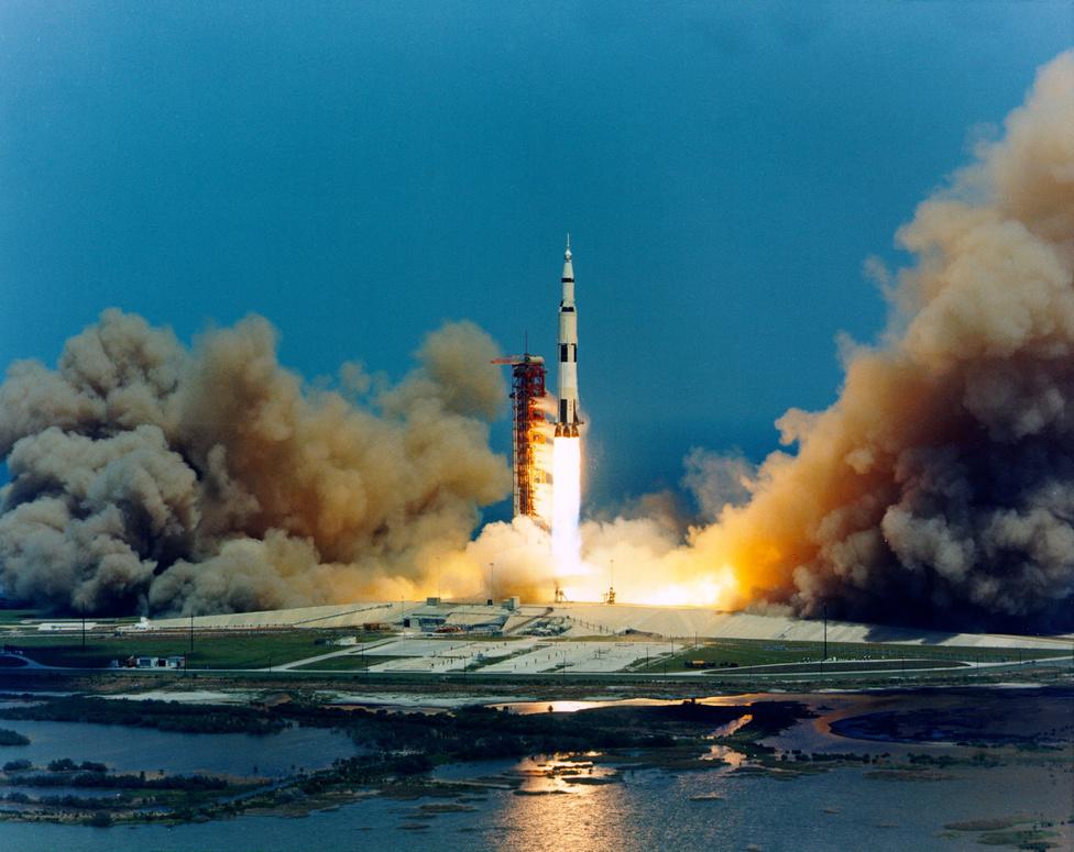 1972. április 16. Az Apollo-16 startja, amin a lassan veteránnak számító John W. Young és két újonc társa Thomas K. Mattingly és Charles M. Duke indult a Hold felé.