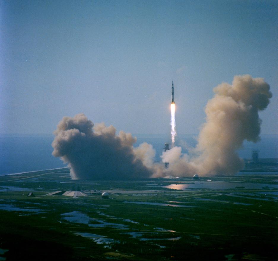 1971. július 26. Az Apollo-15 startja madártávlatból. David Scott, Alfred Worden és James Irwin ülnek a gigászi Saturn-V rakéta tetején. A rakományban ott van az első holdautó is, amivel Scott és Irwin jókora területet járhattak be a Holdon, ott tartózkodásuk három napja alatt.