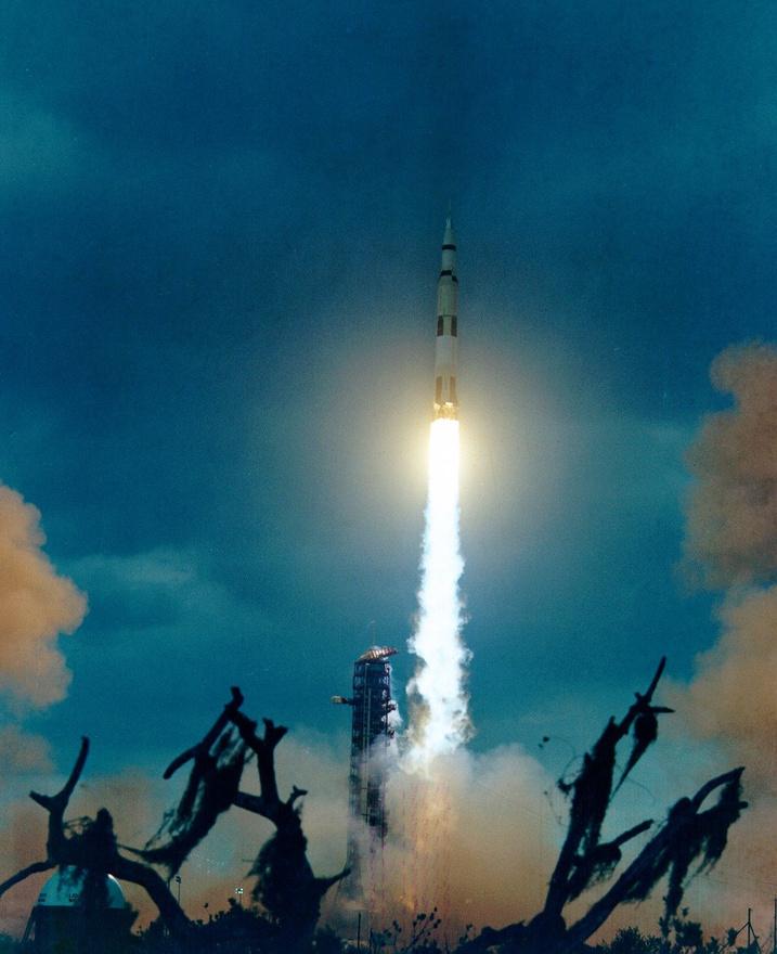 1971. január 31. Az Apollo-14 startja. A fedélzeten Alan B. Shepard -  az első amerikai űrhajós -, Jr., Stuart A. Roosa és Edgar D. Mitchell.