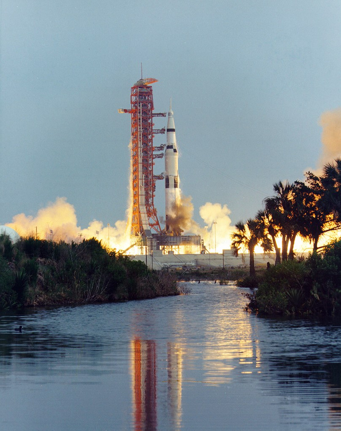 """1970. április 11., az Apollo-13 startja. Ez a """"sikeres kudarcként"""" számon tartott küldetés végképp megmutatta, hogy az űrhajózás nem tréfadolog, egyetlen apró hiba emberéletekbe kerülhet. James A. Lovell, Fred W. Haise és John L. Swigert űrhajósok az űrkorszak legkalandosabb küldetését köszönhetik a Földtől 328 000 kilométerre, a szervizmodulban felrobbanó oxigéntartálynak. Az út 56. órájában bekövetkező vészhelyzet a földi irányítószemélyzetnek és a remekül kiképzett űrhajósoknak hála végül nem került újabb űrhajósok életébe, és bár a harmadik Hold-küldetés kudarcot vallott, a három űrhajós végül épségben jutott vissza a Földre."""