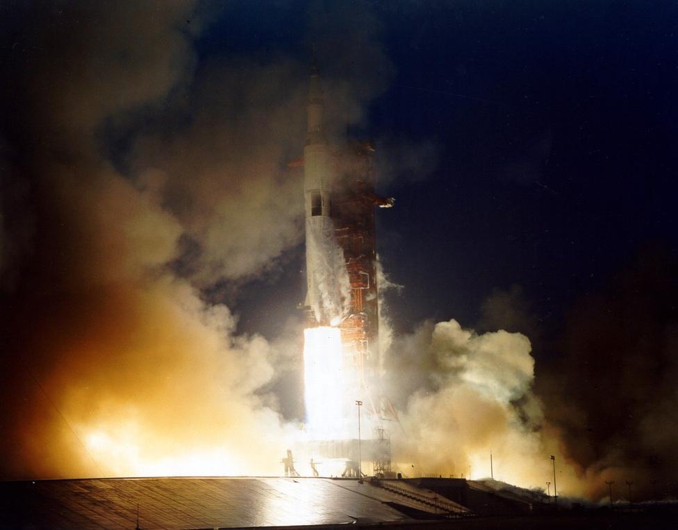 Az Apollo-11 történelmi sikere után öt hónappal, 1969. november 14-én, egy esős péntek reggelen indult az Apollo-12 a Holdra Alan L. Bean, Richard Gordon és Charles Conrad űrhajósokkal a fedélzeten. Ez az út is megmutatta, hogy az űrrepülés minden, csak nem életbiztosítás: a start során villám csapott a toronytól elemelkedő Saturn-V-ös rakétába, idegőrlően hosszú pillanatokra megbolondítva az fölfelé tartó hatalmas űrhajó elektronikus rendszereit. Ha nem sikerült volna úrrá lenni (nagy nehezen sikerült) a helyzeten, az a küldetés kudarcával végződött volna, Conrad és Bean sosem tehették volna a Holdra a lábukat.
