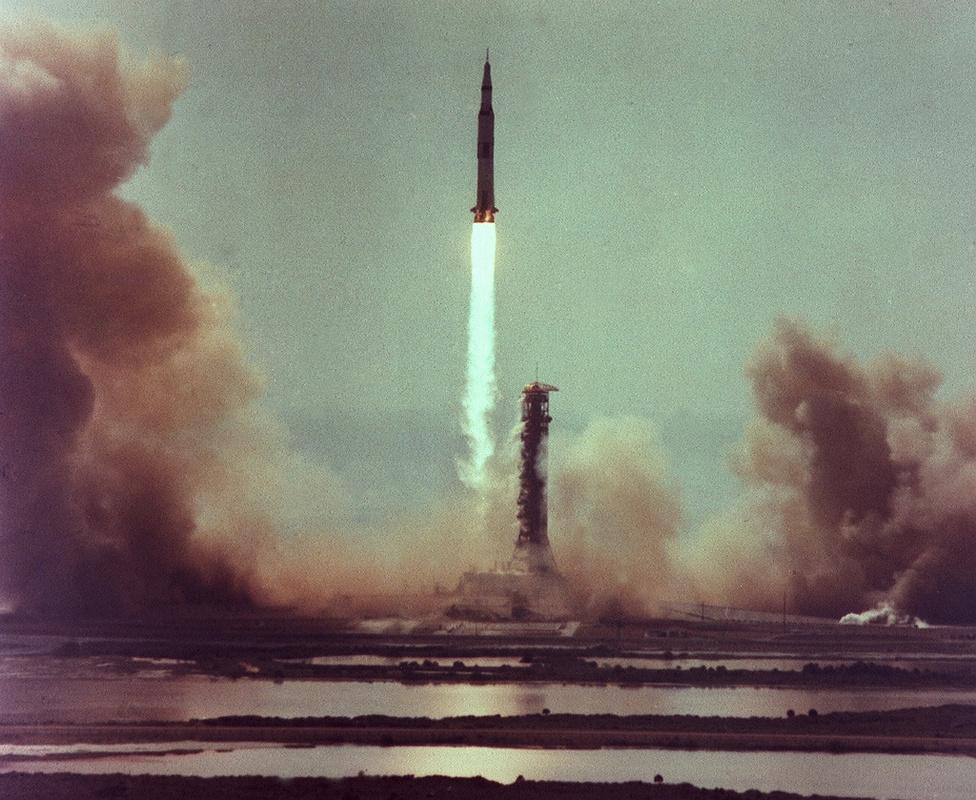 Az Apollo-11 startjától számítva egyre több és egyre szebb fényképeket találhatunk a NASA képarchívumaiban az egyes rakétastartokról. Ez a viszonylag ritkán látott, de mégis lenyűgöző fotó az Apollo-11 felszállását mutatja a Merritt-sziget mocsaras területei felől. A Kennedy Űrközpont egyébként nem a floridai félszigeten, hanem a partoktól nem messze, egy szigeten helyezkedik el. A Merritt-szigetet egy 30 méter                         széles híd köti össze a szárazfölddel, ami elbírja az űreszközöket szállító gigászi járműveket is.