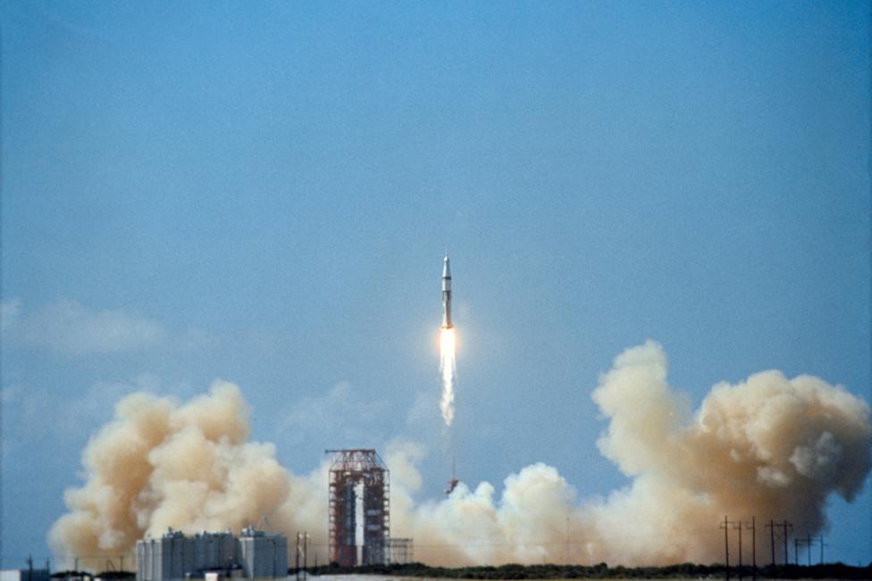 1968. október 11. A Hold meghódítását célul tűző Apollo-program első emberes startja. Az orbitális teszteket végrehajtó Apollo-7 űrhajón hárman tartózkodnak: Walter M. Schirra, Donn F. Eisele és Walter Cunningham. A Saturn-V rakéta sikeres startjáért csaknem két évvel korábban három űrhajós áldozta életét: Gus Grissom, Ed White és Roger Chaffee 1967. január 27-én egy gyakorlat során bennégtek az Apollo-1 kabinjában. Az amerikai űrprogram első nagy tragédiája az Apollo-projekt szinte teljes áttervezéséhez, a Holdraszállás későbbre halasztásához vezetett.