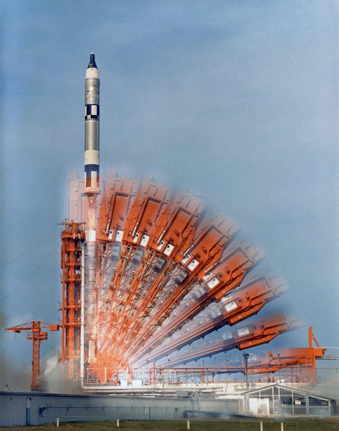 Egy ikonikus fotó, amit valószínűleg mindenki ismer. A Gemini-10 küldetés startja 1966. július 18-án. A két űrhajós John W. Young és Michael Collins sikeresen hajtották végre a tervezett dokkolási, űrsétás feladatokat.