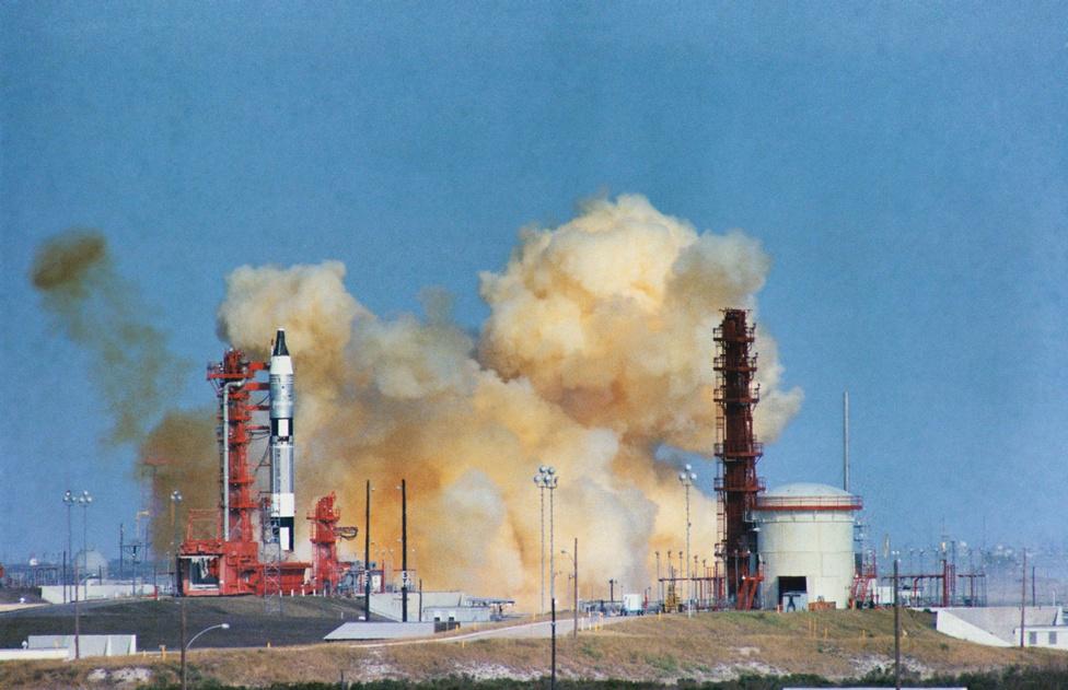 Az első életveszélyes helyzet: 1965. december 12-én a Gemini-Titan GT-6 rakéta startja kis híján tragédiába torkollott. A Gemini-6A küldetés két űrhajósa, Walter M. Schirra és Thomas P. Stafford hatalmas lélekjelenlétről tanúbizonyságot téve nem katapultált, amikor a start utáni pillanatban egy hibás csatlakozás miatt a rakéta hajtóműve leállt, és a hatalmas szerkezet pár centiméternyi megtett út után visszazökkent a startállásra. Az üzemanyaggal teli rakéta fel is robbanhatott volna ettől az ütközéstől, így viszont a bátor legénység megspórolta a mérnököknek a kapszula újbóli felkészítését. A Gemini-6A három nap múlva rendben elstartolhatott.