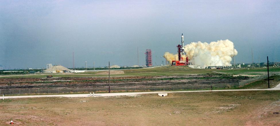 """Gemini-3. Majdnem két év szünet után újra amerikai az űrben: a Gemini-program keretén belül 1965. március 23-án Virgil """"Gus"""" Grissom és John W. Young startol az űrbe a Molly Brown űrkapszula két embert befogadó fedélzetén. (A Gemini-programban az egyetlen kapszula, amit az űrhajósok saját szájuk íze szerint keresztelhettek el.)"""