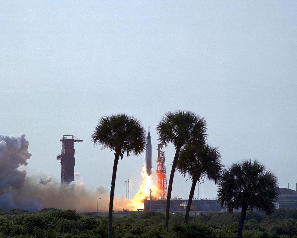 A Mercury-program vége: 1963.  május 15.  A Mercury-Atlas MA-9 rakéta startja, Gordon Cooperrel a Faith 7 űrkapszula fedélzetén. Cooper 22-szer kerülte meg a Földet, több mint egy napot töltött az űrben egyedül, ilyen azóta sem fordult elő. A képe előterében jól megfigyelhető a buja növényzet: az űrközpont természetvédelmi területen terül el, ahol több mint ezer féle állat és növény, köztük 21 veszélyeztetett faj él. A                         belépés a területre a nappali órákban teljesen szabad, kempingezni viszont csak a NASA engedélyével lehet.