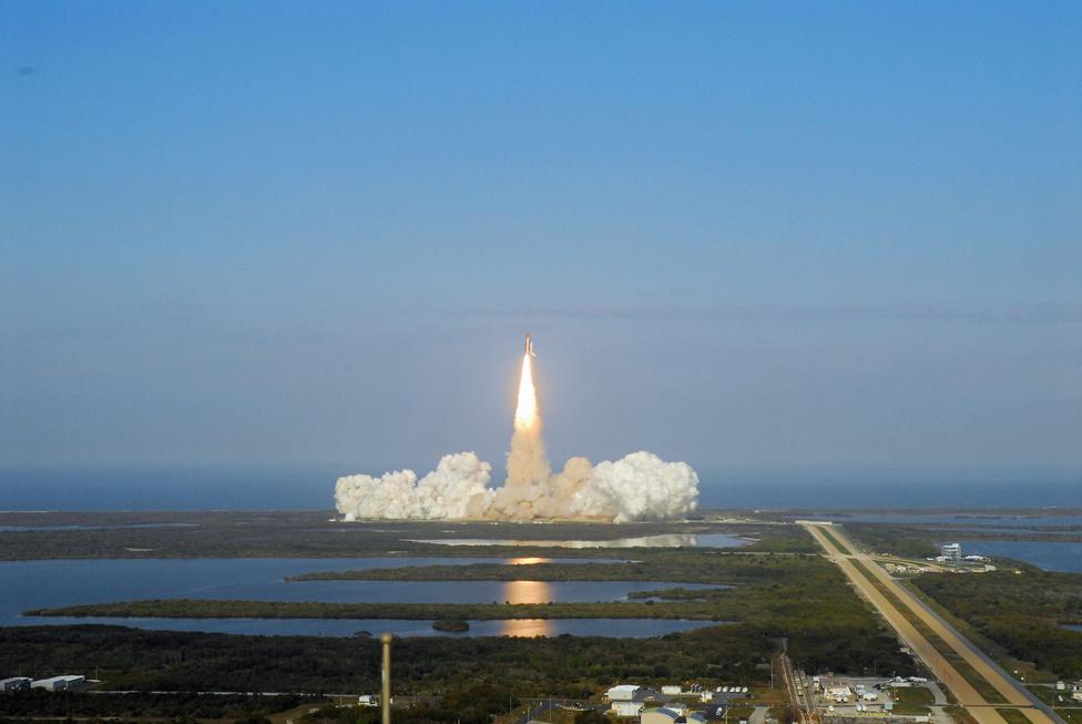 Az űrsiklókorszak végének kezdete: 2011. február 24-én szállt fel utoljára a Kennedy Űrközpontból a Discovery űrsikló. Az STS-133-as küldetés startjáról a VAB, azaz az űrhajó-összeszerelő épület (Vehicle Assembly Building) tetejéről készült ez a távoli fotó.