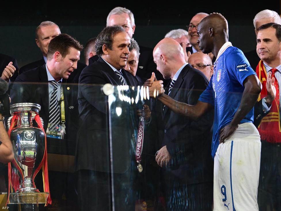 Platini Balotellit vigasztalja