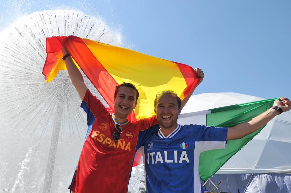Spanyol, olasz két jóbarát, kijevi szökőkútban hűti magát.