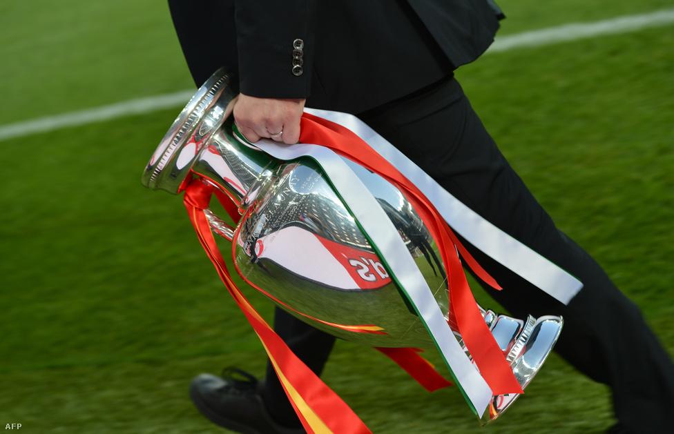Egy Eb-hivatalnok viszi a trófeát, a Henry Delaunay-kupát a döntő mérkőzés előtt.