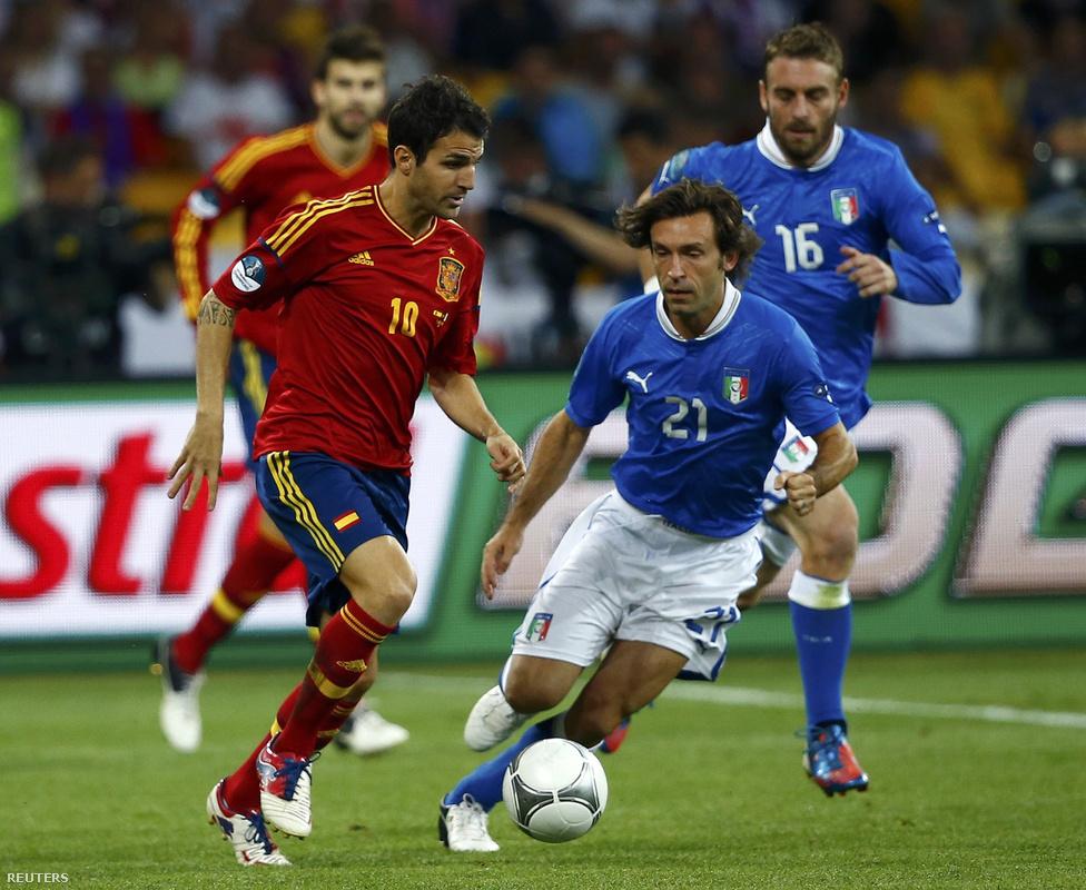 Fabregas és Pirlo kergetik a labdát