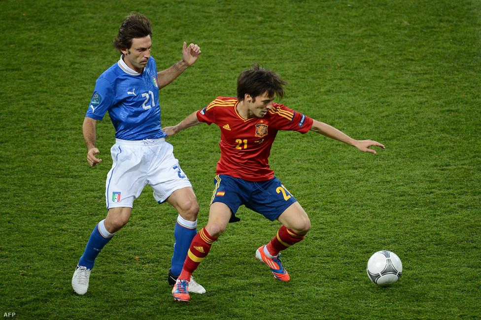 Pirlo és David Silva küzdenek a labdáért