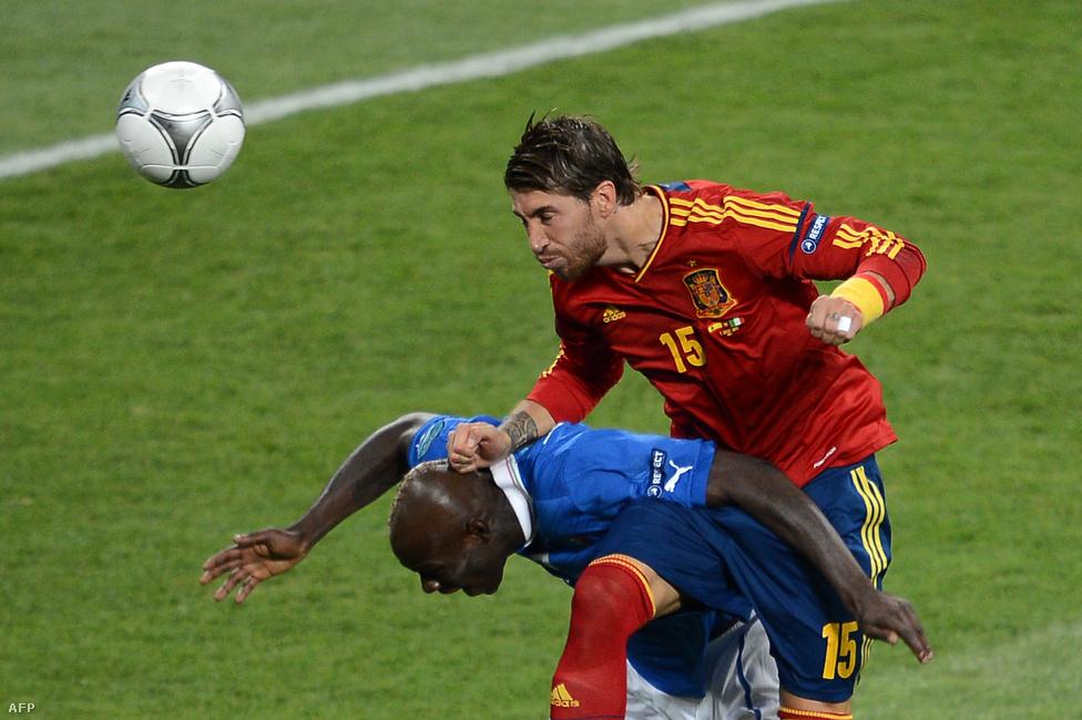 Balotelli hátán Ramos